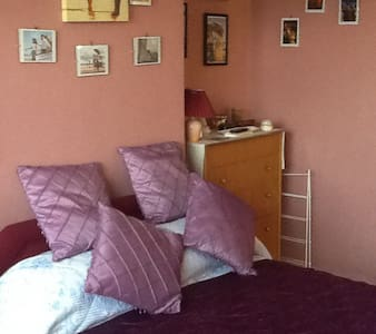 Comfy dbl + parking, airport within easy reach - stockport