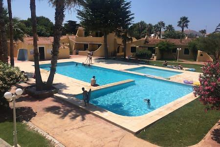 Apartamento con piscina, playas y puerto deportivo