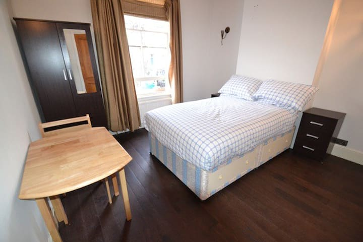 Double Rooms in Turnham Green (A)