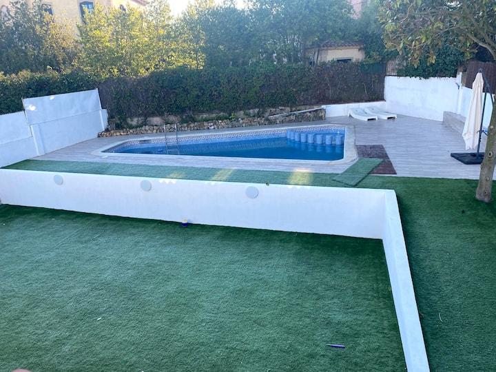 Habitación en gran casa con jardín y piscina