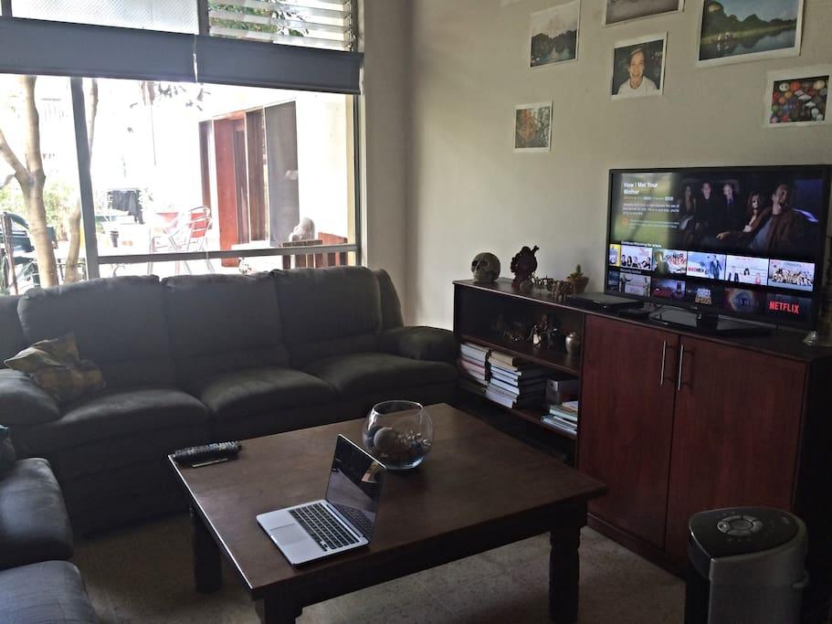 Living room. Wifi, Smart TV, art, Netflix.