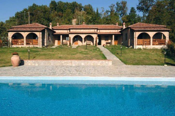 Villa MONTELATERONE comprenant 5 bungalows (4à6p) - Montelaterone - Casa de campo