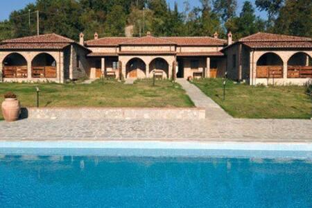 Villa MONTELATERONE comprenant 5 bungalows (4à6p) - Montelaterone