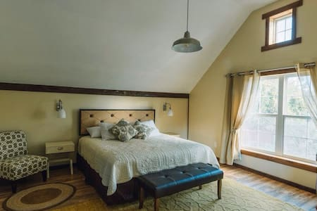 Upper Creekview room in the B and B - Newfane - B&B/民宿/ペンション