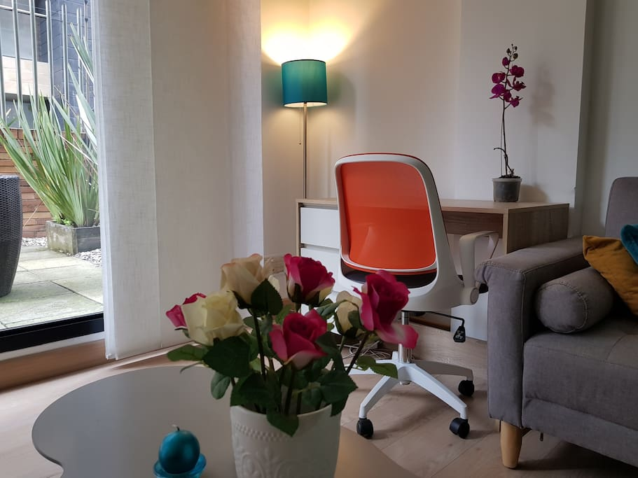 Apartamento con escritorio y silla cómodos para trabajar asuntos personales o laborales.