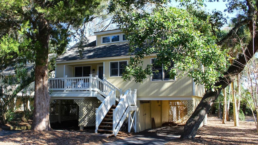 Beachy Cottage! Short Ride to Beaches, Pools, Dining, Golf! Pet Friendly!