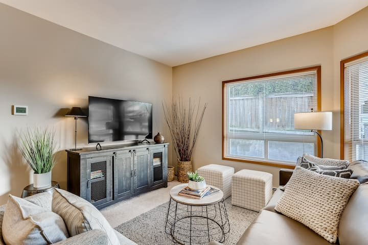 Stylish Kirkland Getaway Awaits You!