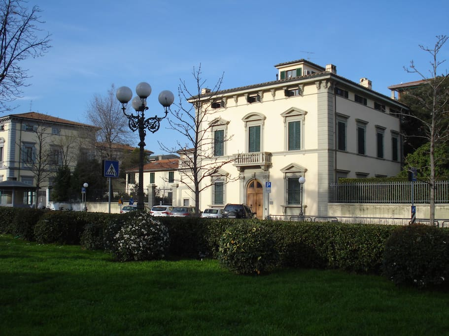 la villa vista dai giardini della piazza