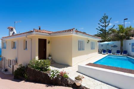 Spacious chalet with heated pool - El Sauzal