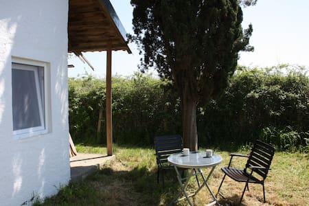 Minihaus auf großem Gelände - House