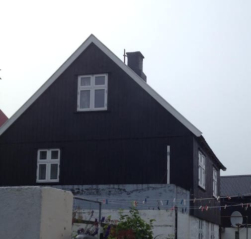 Old charming Faroese house, located in main area. - Syðrugøta - Huis