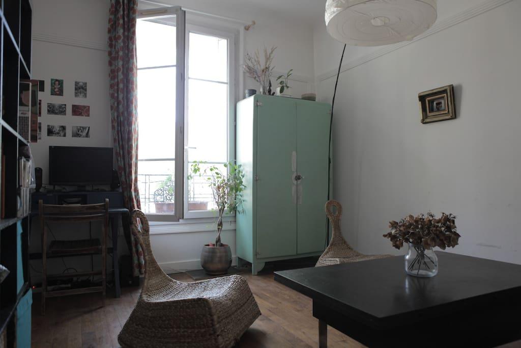 Le salon avec un petit bureau