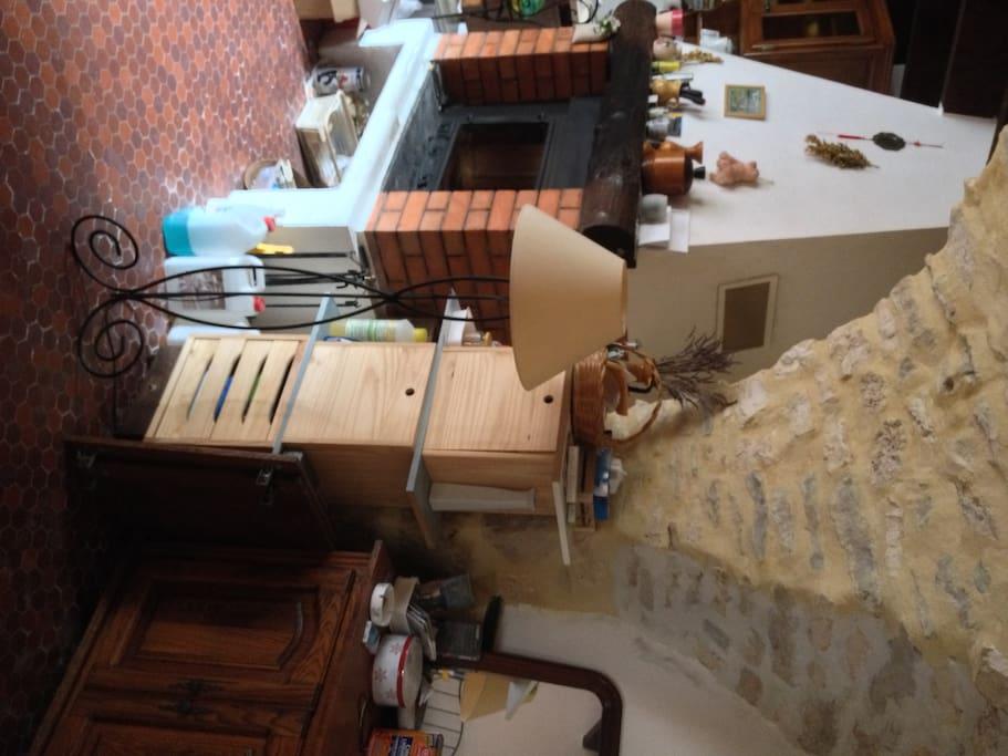 un petit salon avec une cheminée