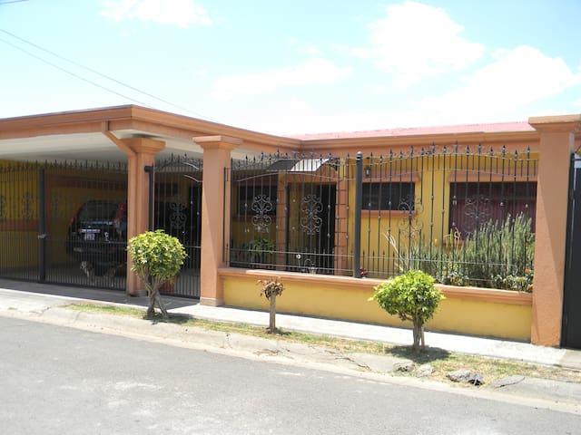Habitación Privada en Nuestro Hogar - Barva - Casa