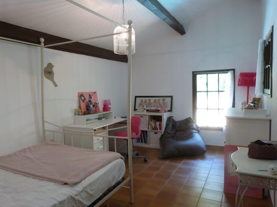 Chambre avec lit double, douche et lavabo indépendant attenant