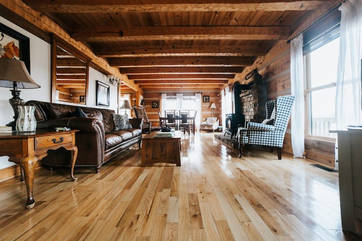 Spacious Log home, Hot Tub & Pool, Sleeps 6