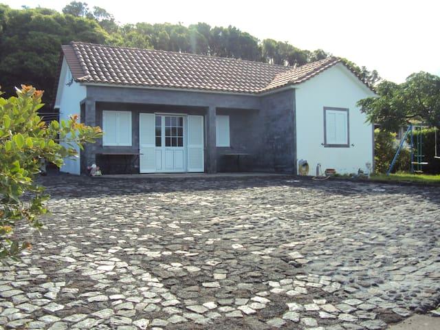 """ADEGA """"SOM DE CAGARROS"""" - S.Roque do Pico - House"""