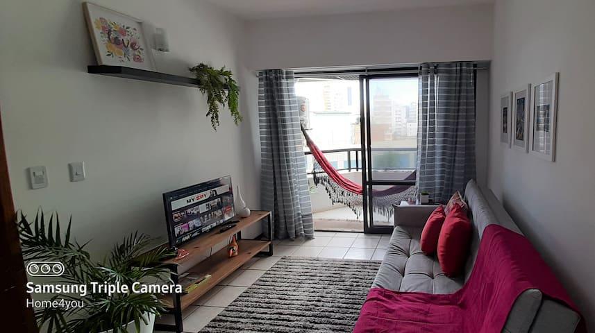 Sala de estar com decoração contemporânea.