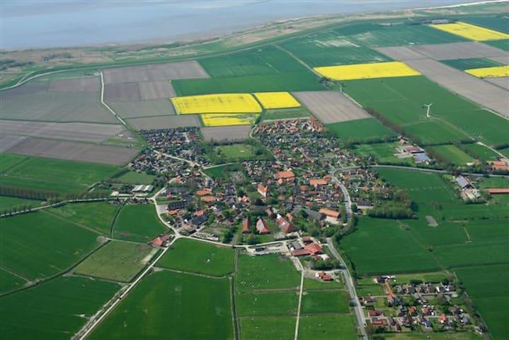 Das Runddorf Rysum liegt an Ostfrieslands Nordseeküste