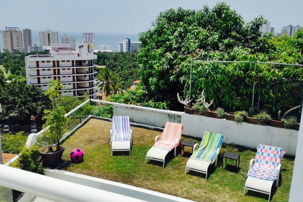 Vista desde la terraza hacia el jardín y el mar