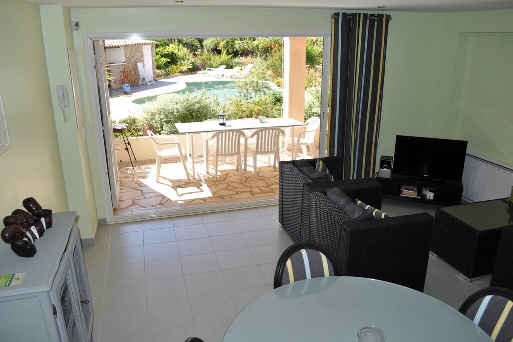 autre vue de l'intérieur , vers la terrasse et la piscine