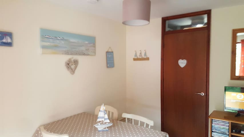 Dee'sThree Bedroom hol home in Hayle lounge/dining
