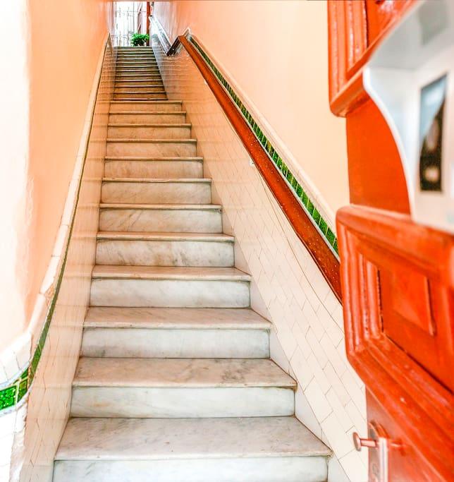 Escalera desde la entrada de la casa a su habitación.