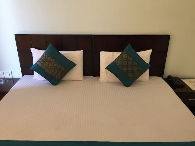 Private room for couple at Sohna Road, Sector 48