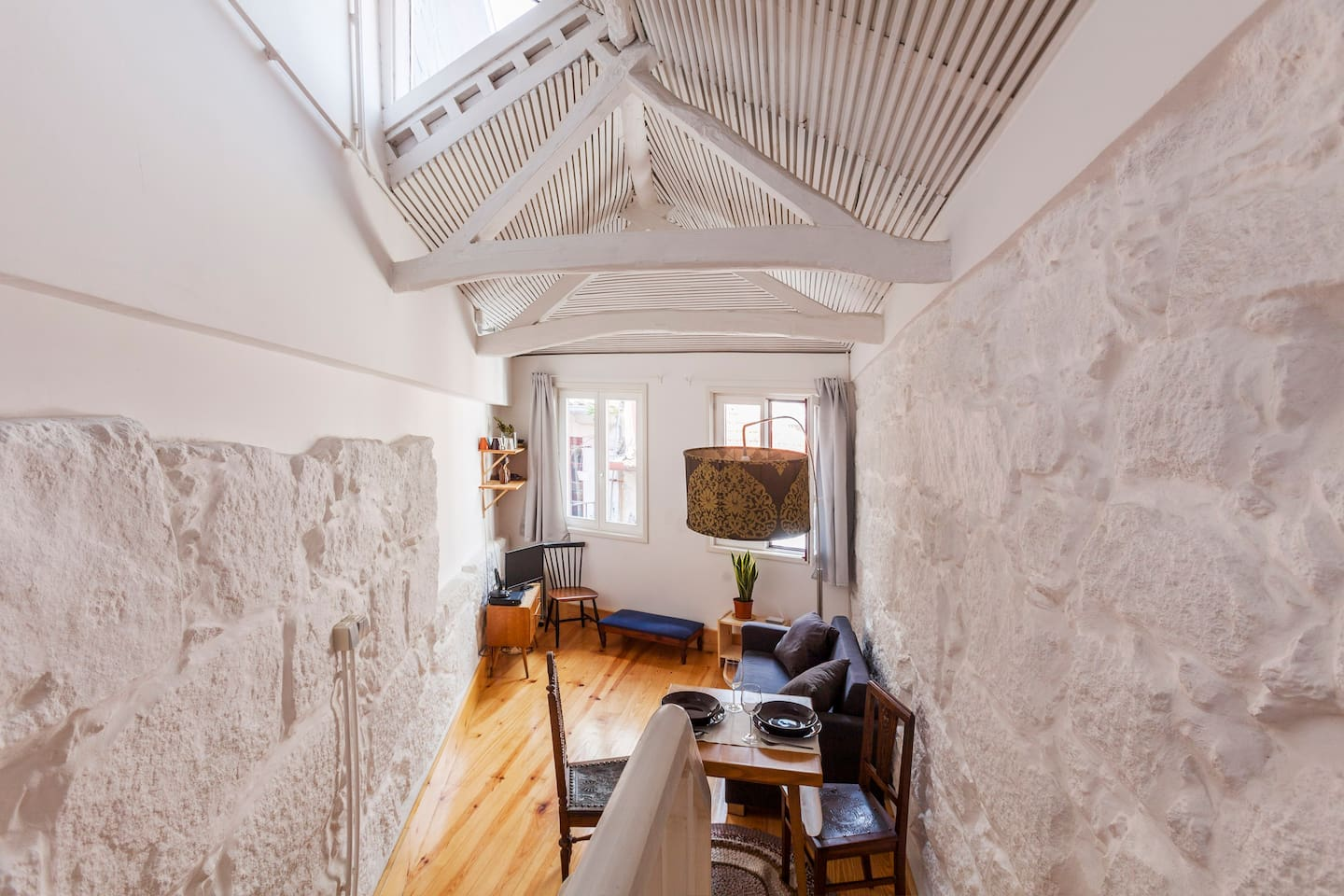 The apartment it is located in one of the mythical streets of Porto and provide you a location from where you could reach everything by foot!