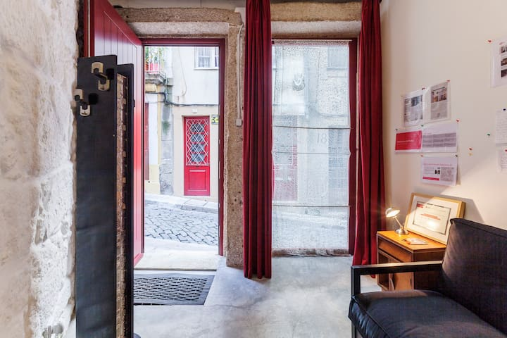 The entrance hall is cozy and through the door you enter in a mythical street of Porto.