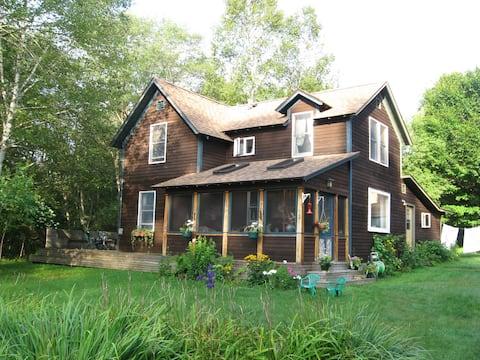 Quiet Woodland Retreat in Blue Mtn.