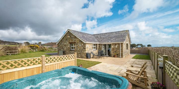 Abersoch detached cottage with private hot tub