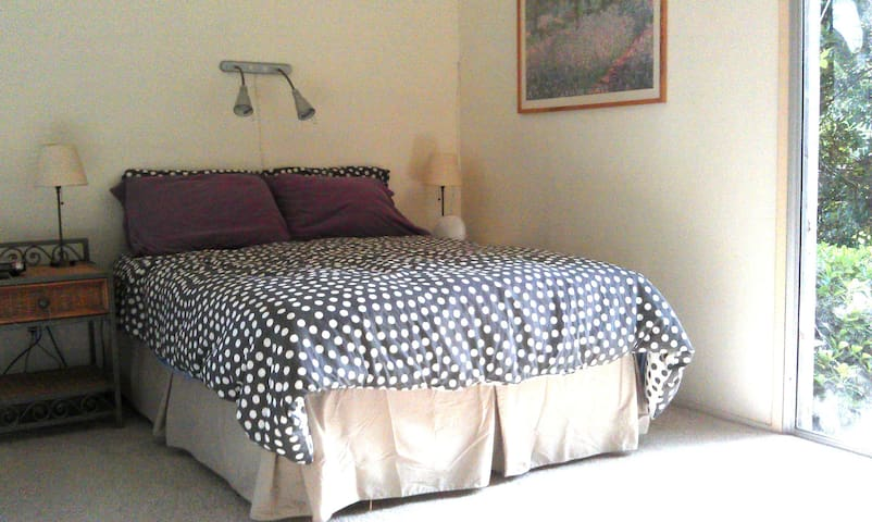 Master bedroom, private bath, 15 min from campus - Davis - Dům
