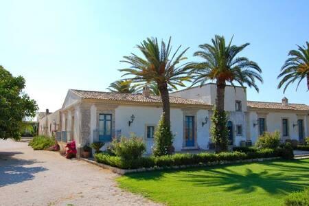 12 bd, farmhouse, courtyard, garden - Floridia