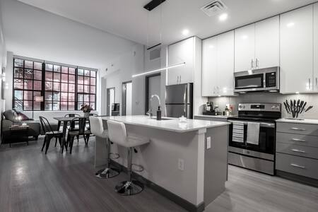 Beautiful Condo - Heart of Business District #404