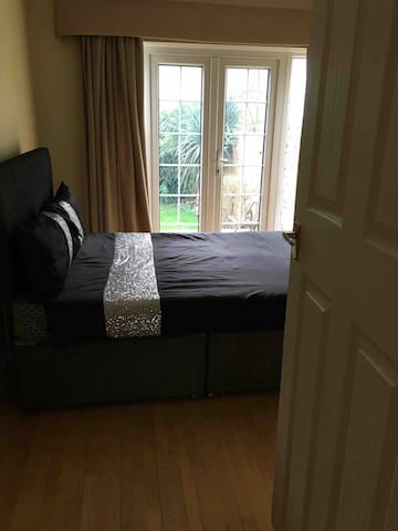 FREE B&B - cosy clean double room in family home