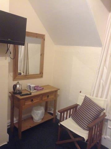 Caxton House Double Room1, Quiet, near sea & town