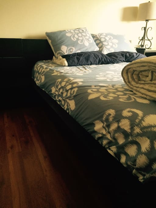 Comfortable Tempur pedic queen mattress in a very quiet room . Nice view to mid City Los Angeles .