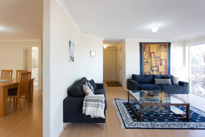 SUMMER STUNNER! Home away from home by the beach - Scarborough - Huis