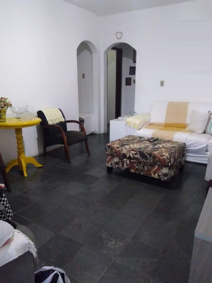 Casa térrea com garagem próximo Praia dos Artistas