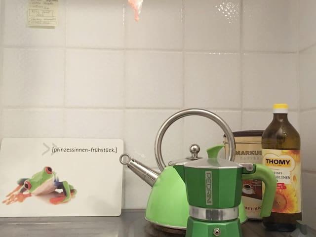 Küche, ausgestattet mit diversen Küchenartikeln und -geräten.