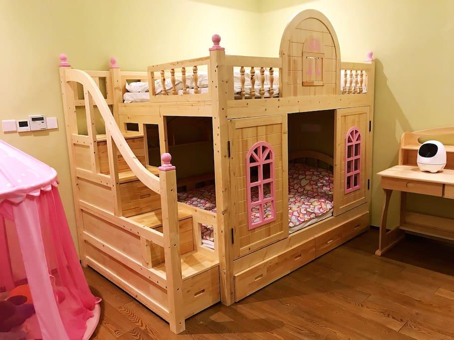 135厘米宽的上下铺儿童床可容二个孩子睡,宽敞舒适,童趣无穷。