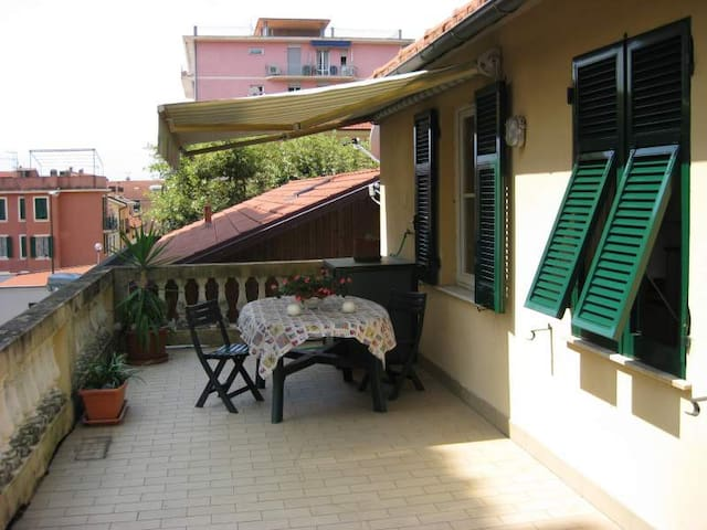 House with terrace 100 meters from the sea