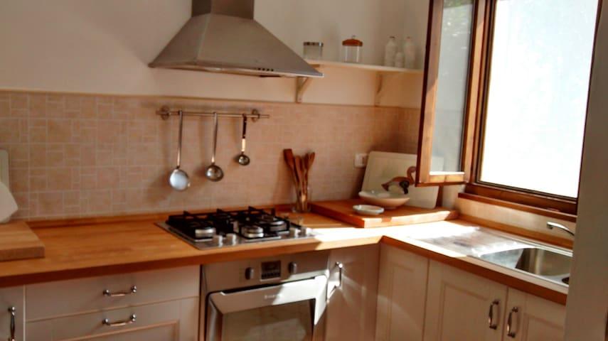 Cucina con veduta sul grande giardino