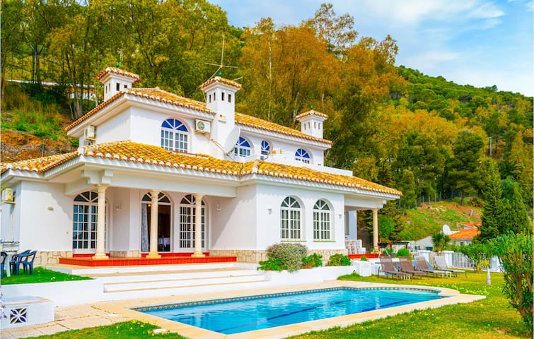 Holiday cottage with 6 bedrooms on 243m² in Mijas