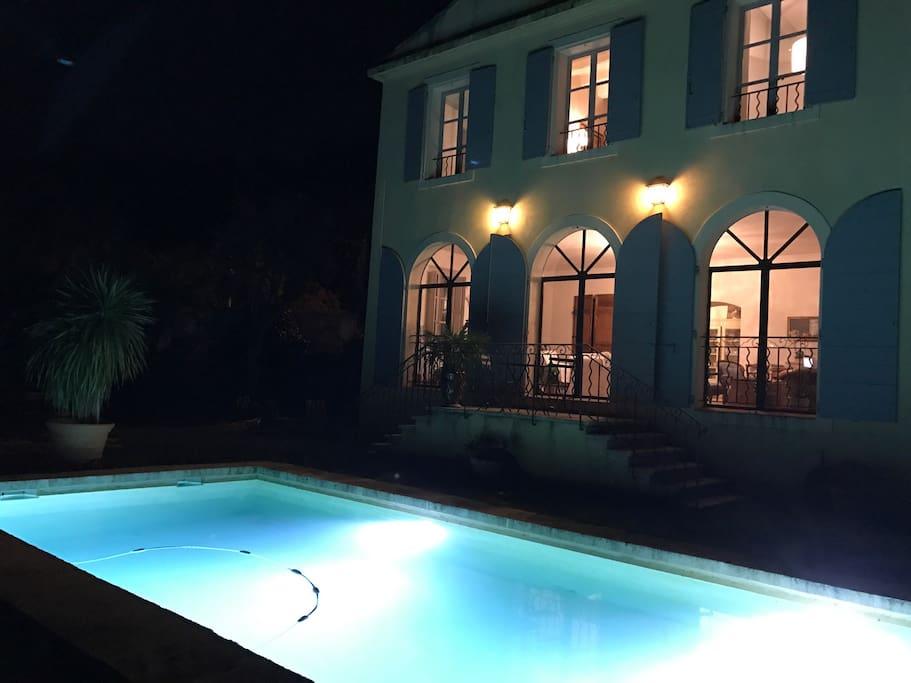 Piscine illuminée pour baignade de nuit