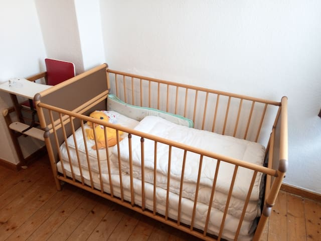 1. Etage: Schlafzimmer 1, mit Kinderbett, Hochstuhl, Futonbett, Sitzecke, Schreibtisch, Gästebett