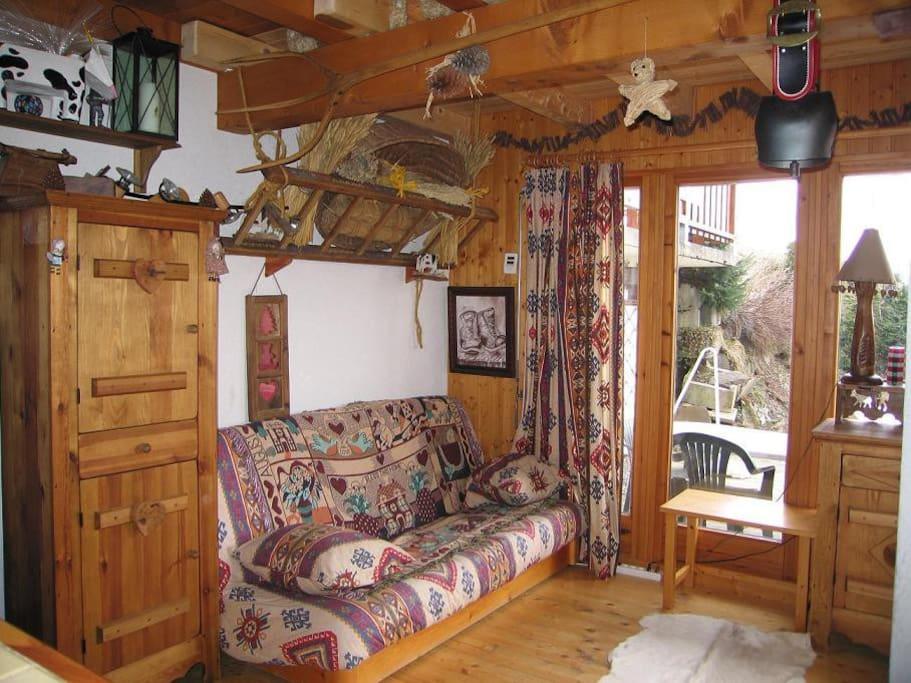 le salon avec accès à la terrasse