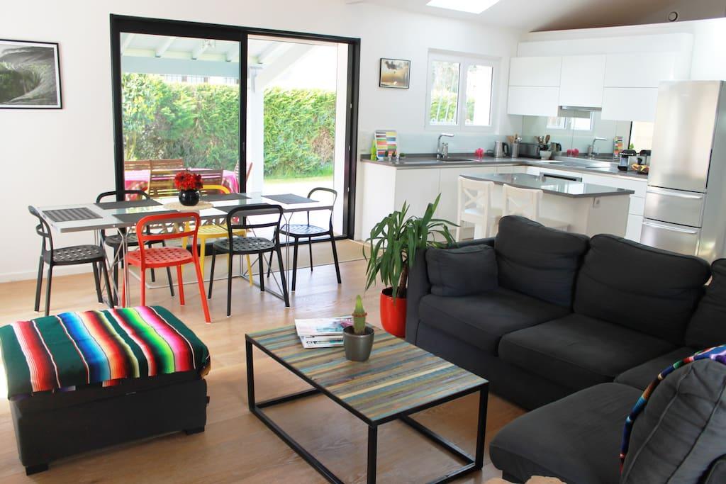 Un beau séjour spacieux, écran plat, tv d'orange, poële à bois