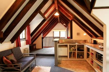 Our Comfy Tree Tops Apartment ! - Mount Cargill - Bed & Breakfast